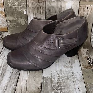Michelle D Taupe Leather Ankle Booties Size 9.5